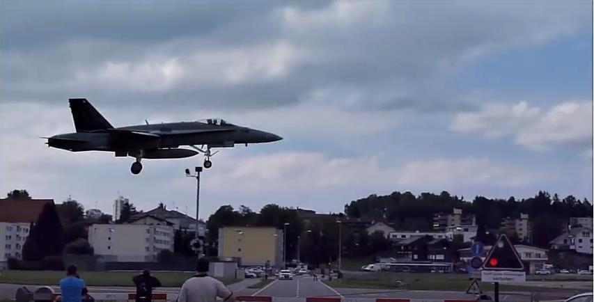 Emmen_Militärflugzeug_Landung